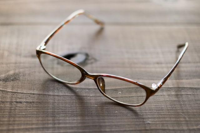 コンタクトの上から老眼鏡をかけても平気?