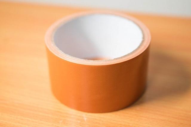 プラスチックのシールのベタベタを取る方法